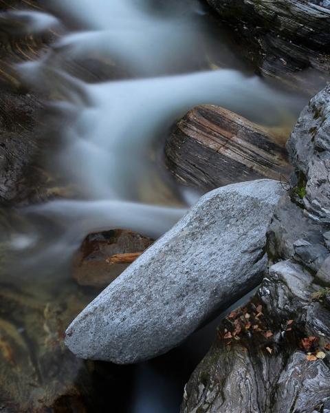 Wasserlauf und Steine