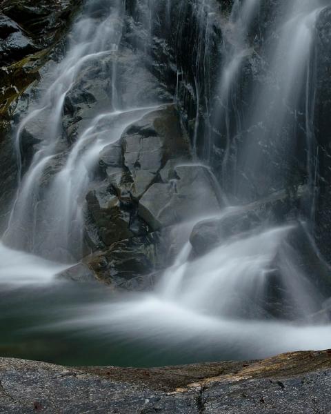 Wasserlauf und Steine, Wasserfall